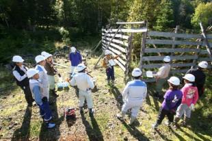 作業前、古い柵の前で「森の番人」から作業手順等の説明を受けます。