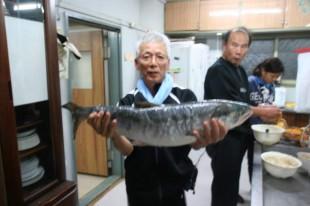 地元の漁師さんからいただいたイキのいい鮭。卸すのが得意なNさんにおまかせです!