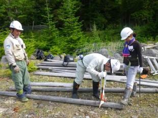 撤去班の様子。撤去した木材には、古い釘がたくさん。ひとつひとつ、根気よく抜いていきました。