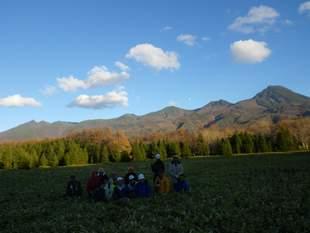 最終日のミニトレッキングにて。知床連山と月が美しかったですね!