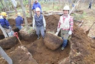 大型苗の掘り取り。移植後の成長に必要十分かつ重すぎない土の量に!なかなかコツがいります。