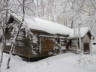 運動地に残る旧開拓家屋