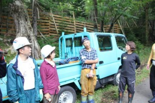 作業の合間、休憩中には森の番人からいろいろな話を聞きました。
