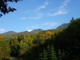 天高く晴れ渡る青空。奥に見える羅臼岳の頂は、うっすら白くなっていました。