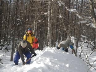 資材庫の屋根の雪下ろし作業。転落に気を付けての作業です。