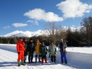 ご参加下さったボランティアさんと。知床連山が青空に映える美しい日でした。