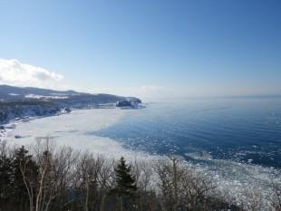 ウトロに接岸した蓮葉氷。ため息の出る美しさです。