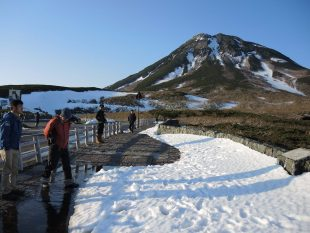 知床峠は季節外れの積雪