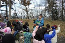 知床ウトロ学校1,2年生と身近な昆虫の冬の生態について学びました