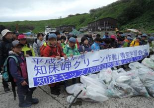 地元の子供たちによるゴミ拾いイベント