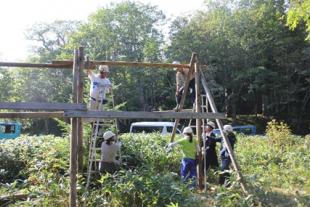 防鹿柵を補修するダイキン工業株式会社ボランティアの皆さん